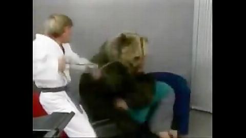 حمله وحشیانه خرس به زن در برنامه زنده!