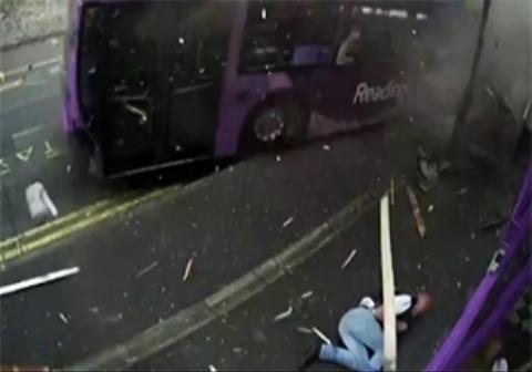عاقبت عجیب مردی که یک اتوبوس با حداکثر سرعت او را زیر گرفت