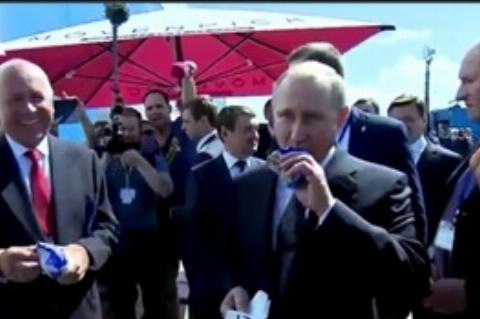 بستنی خوردن پوتین حین بازدید از نمایشگاه هوافضا