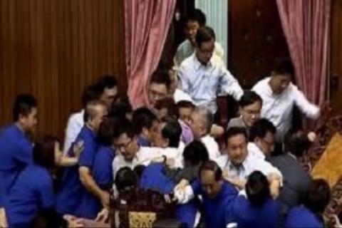 کتک کاری سخت نمایندگان زن در مجلس تایوان