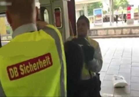 درگیری عجیب دو مأمور با مرد سیاه پوست به خاطر بلیت قطار