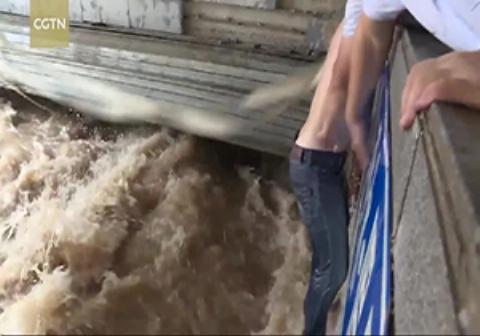 نجات یک مرد از سیل در آخرین لحظات
