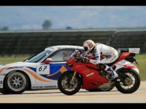 رقابت جالب قهرمانان موتورسواری و اتومبیلرانی