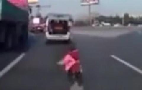 پرت شدن بچه از ماشین و بی خیالی پدر و مادر!