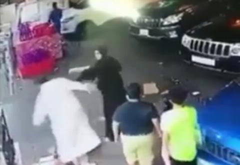 زد و خوردِ زن و مرد سعودی وسط خیابان
