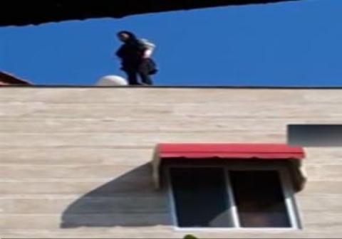 یک دختر ۱۸ ساله مازندرانی که به قصد خودکشی به پشت بام یک ساختمان رفته بود، به طور ناگهانی سقوط کرد