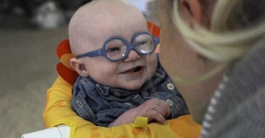 کودک آمریکایی که از نوعی اختلال بینایی رنج می برد، واکنش جالب و متاثرکننده ای هنگام دیدن مادرش داشت