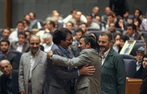 خواننده سرشناس: چه کسی جرات دارد به شجریان بگوید بالای چشمت ابروست؟/ آقای احمدی نژاد خیر نبینید/ طناب خریده بودم خودکشی کنم