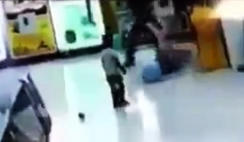 کتک زدن وحشیانه یک دختر فقیر مقابل چشمان برادرش