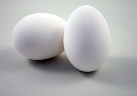 یک جوان پاکستانی با تخم مرغ ۲۹ قوطی نوشابه را در ۳۰ ثانیه میشکند، بیآنکه تخم مرغ بشکند