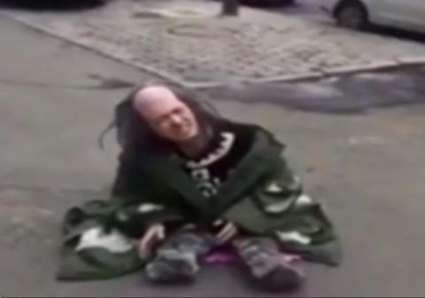 یک زن با تیزهوشی خود توانست گدای قلابی را شناسایی کند