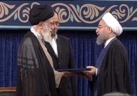 لحظه تنفیذ حکم رئیس جمهوری توسط مقام معظم رهبری به روحانی به عنوان رئیس جمهوری دولت دوازدهم
