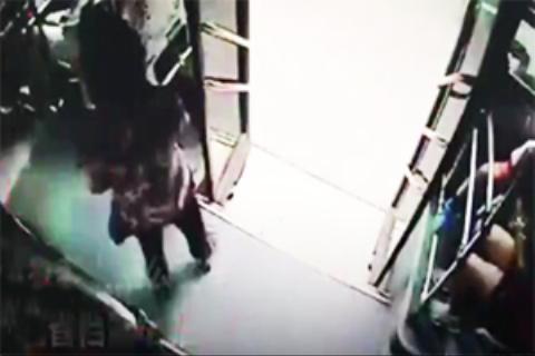 مرگ مسافر زن به دلیل پیاده شدن از اتوبوس در حال حرکت