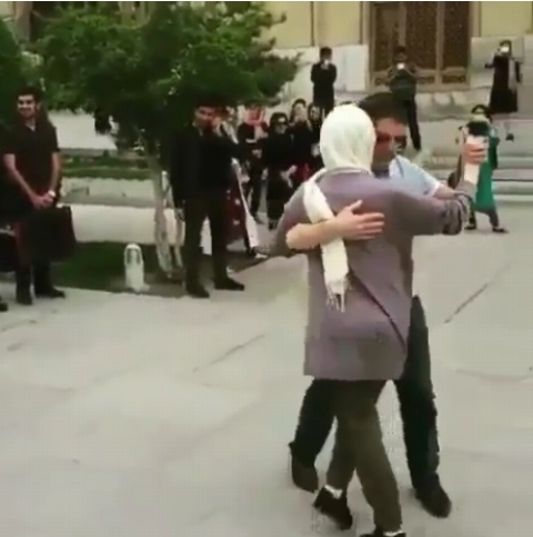 رقص زوج گردشگر فرانسوی همراه با موسیقی خیابانی در میدان نقش جهان اصفهان
