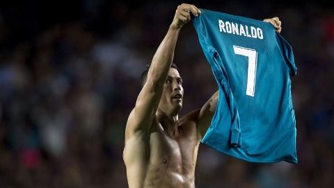 پاسخ رونالدو به مسی با نمایش پیراهنش مقابل هواداران بارسا