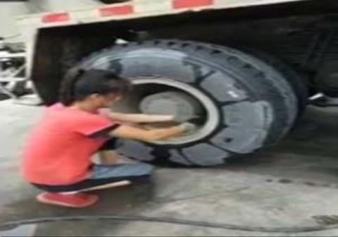 توانایی عجیب یک دختر در تعویض چرخ تریلی