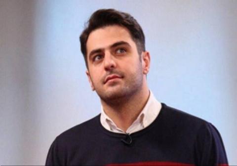 افتادن علی ضیا از روی صندلی در برنامه زنده