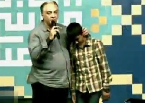 زانو زدن بازیگر معروف جلوی فرزند شهید مدافع حرم
