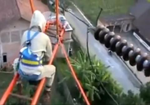 یک مرد در اقدامی دیوانه وار به کابل برق فشار قوی نزدیک شد و آن را بوسید