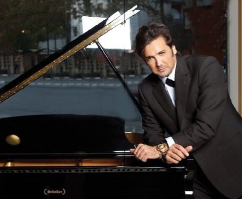 پیانو نوازی الویس پریسلی ایرانی  و تشویق  هوادارانش