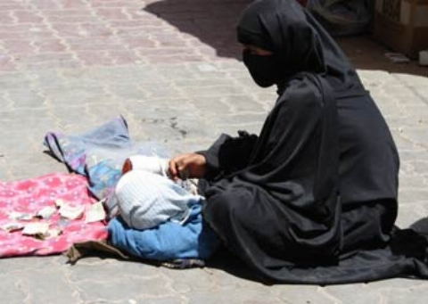 چادر کشی وقیحانه سه مرد در تهران از سر گدایی که خودش را جای یک زن جا زده بود