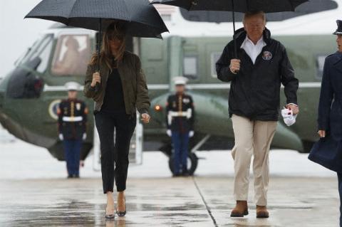 پاشنه های کفش همسر ترامپ حین بازدید از سیل زدگان سوژه داغ رسانه ها