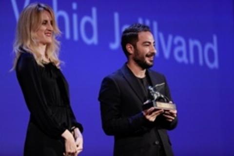 واکنش نوید محمدزاده لحظه دریافت جایزه بهترین بازیگر مرد جشنواره ونیز