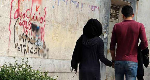 آگهی های بی شرمانه روی دیوارهای شهر: همخانه خانم، حرف گوش کن و خانه دار نیازمندیم!/اسکان رایگان شگرد جدید هوس بازها