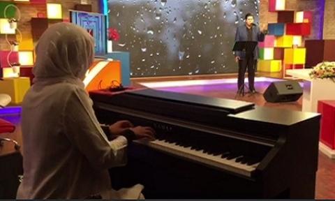 پیانو نوازی همسر خواننده مشهور در برنامه زنده تلویزیون!