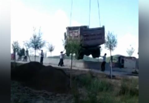 لحظه له شدن کارگران زیر کامیون