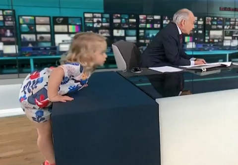 ویدئویی جالب از دختربچه ای که استودیوی یک برنامه زنده را به هم ریخت!