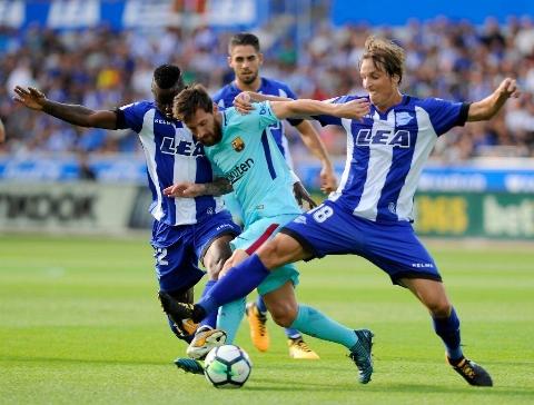 پیروزی بارسلونا در خانه آلاوز با دبل مسی