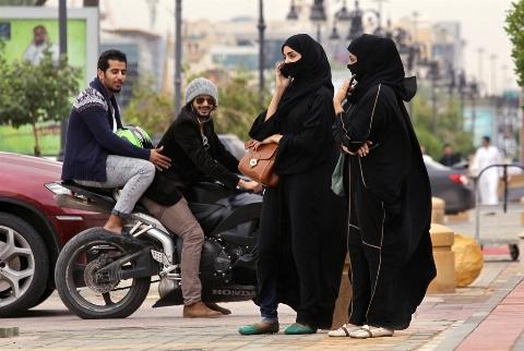 زنان عربستانی، قربانی احمقانه ترین ممنوعیت های تاریخ بشر: کولر و حساب بانکی قدغن!/ ترس از سقوط سعودی، عربستان را زن سالار کرد