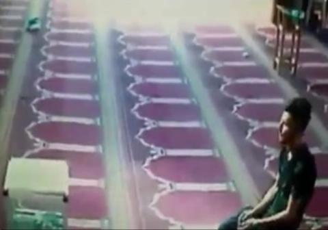 اقدام عجیب پسر جوان پس از نماز در مسجد!
