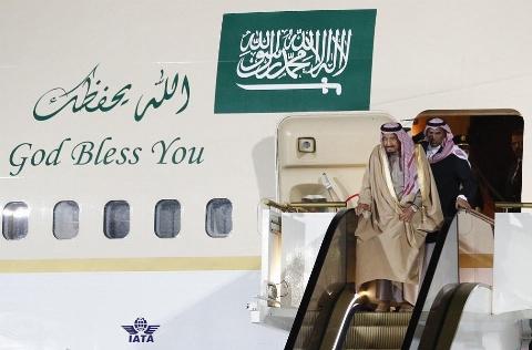 راه رفتن پادشاه عربستان روی پله هایی از جنس طلا!/حاشیه های خبرساز سفر ملک سلمان به روسیه تمامی ندارد