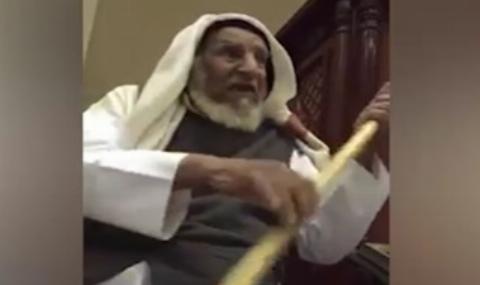 اقدام جالب پیرمرد عرب در غیاب خطیب نماز جمعه /فیلم