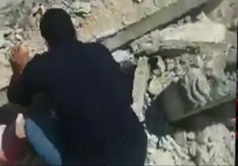 صحنه تکان دهنده ناتوانی پدر سوری در نجات فرزندش از زیر آوار