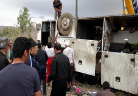 اولین فیلم از اتوبوس واژگون شده در محور گرمسار به آرادان