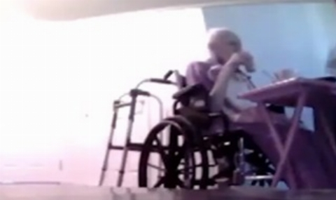 اقدام ناپسند پرستار زن با بیمار 95 ساله/فیلم