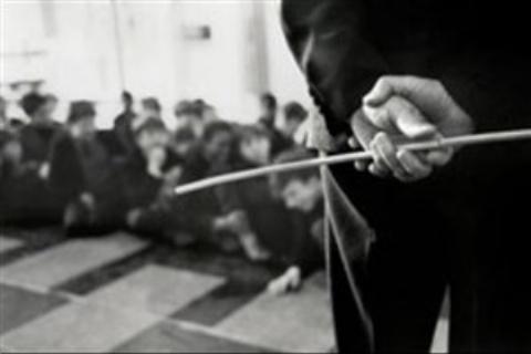 تنبیه وحشیانه یک دانش آموز توسط معلم سنگدل