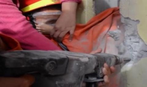 عملیات نفس گیر بیرون کشیدن سر دختر بچه ای از بین دو دیوار+فیلم