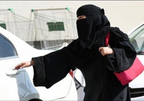 ویدئویی که دختر زیبای سعودی هنگام خرید خودروی لوکسش منتشر کرد