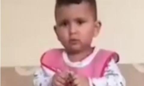 خشم کاربران از اقدام عجیب مرد سعودی برای گاز گرفتن مار زنده توسط دختر دوسالهاش + فیلم