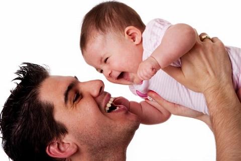 خشم کاربران اینترنت از رفتار یک مرد با فرزندش