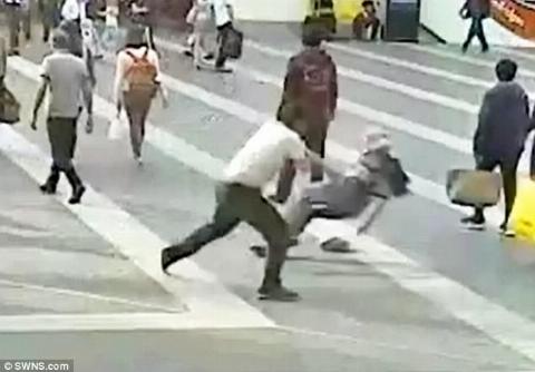 حمله وحشیانه جوان 26 ساله به مرد 69 ساله در خیابان / فکر کردم او مرا در نوجوانی آزار داده بود! + فیلم