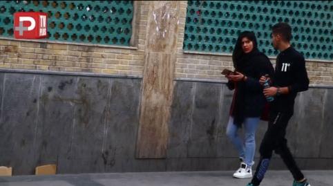 لحظه لو رفتن تیکه انداختن یک پسر به دختر ایرانی جلوی دوربین/ری اکشن های تند و عصبانی دخترها از تفریح زشت آقایان در خیابان: به ناموس خودتان هم تیکه بیندازند خوشحال می شوید؟/اسکرین شات تی وی پلاس تقدیم می کند
