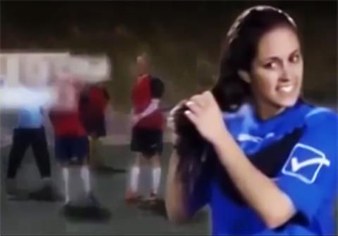 وقتی بهترین فوتبالیست زنان جهان با گریم مردانه وارد تیم مردان میشود + فیلم