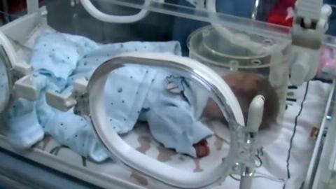 لحظه تلخ رها کردن نوزاد توسط پدرش روبروی پرورشگاه + فیلم