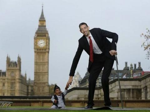 بلندقدترین و کوتاهقدترین مردان جهان!+ فیلم