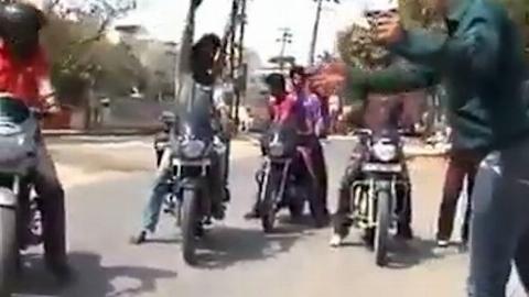 مجری تلویزیونی هنگام اجرای برنامه زنده زیر موتور رفت! +فیلم